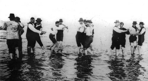 1904 - Man dancing together en el rio